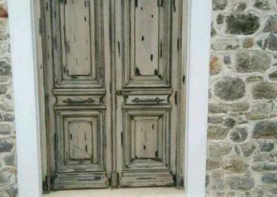 Πόρτα εισόδου παραδοσιακή ταμπλαδωτή με σιδεριά 01