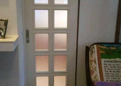 Πόρτα συρόμενη με καΐτια βαμμένη λευκή από ξύλο μεράντι 01